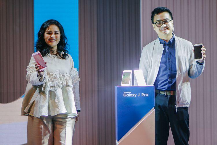 IM Marketing Director Samsung Electronics Indonesia Vebbyna Kaunang (kiri) dan IT & Mobile Division Product Marketing Samsung Electronics Indonesia Irfan Rinaldi berpose dalam acara peluncuran Galaxy J7 Pro dan Galaxy J5 Pro di Jakarta, Kamis (27/7/2017).