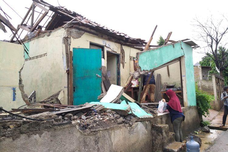 Rumah yang hancur tertimpa menara BTS di Jati Barang, 26/11/2017