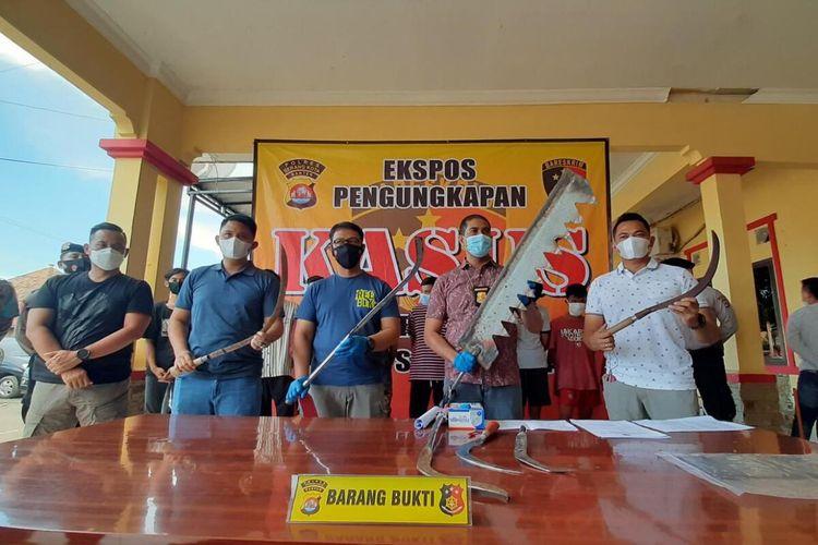 Sebanyak 10 orang yang diduga terlibat aksi konvoi membawa senjata tajam dan blokade jalan protokol Kota Serang diamankan polisi.