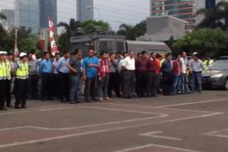Polisi berpakaian sipil sedang mengikuti apel penggeseran pasukan Operasi Lilin ke lokasi pengamanan di Mapolda Metro Jaya, Rabu (24/12/2014).