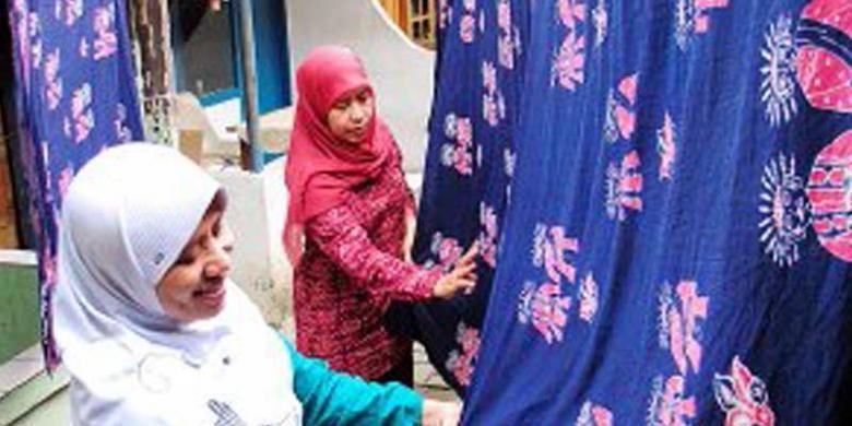 Usaha batik betawi Terogong didirikan Siti Laela dan keluarganya setahun lalu. Batik Betawi menggunakan teknik serupa dengan batik lainnya yang menggambar menggunakan canting untuk mengalirkan lilin batik (malam) . Keunikan batik betawi pada motifnya yang menampilkan ikon-ikon khas betawi.