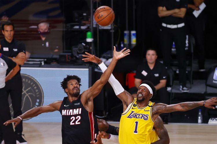 Pemain Miami Heat, Jimmy Butler, dan Los Angeles Lakers, Kentavious Caldwell-Pope, berduel pada kuarter kedua Gim 1 Final NBA 2020 di AdventHealth Arena, ESPN Wide World Of Sports Complex, Florida, Amerika Serikat, pada Kamis (1/10/2020) pagi hari WIB.