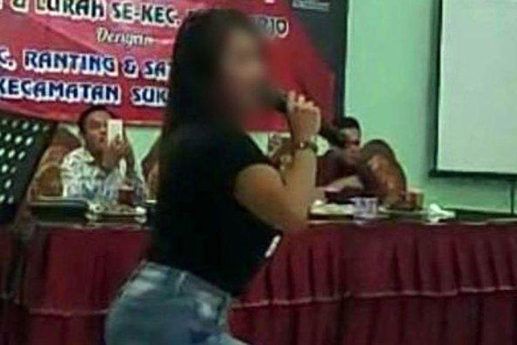 Cuplikan video viral halalbihalal yang dihadiri camat dan lurah di Sukoharjo, Jawa Tengah.