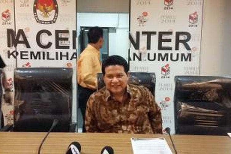 Ketua Komisi Pemilihan Umum (KPU) Husni Kamil Manik, sebelum menggelar konferensi pers di Media Center KPU, Jakarta Pusat, Selasa (11/8/2015).