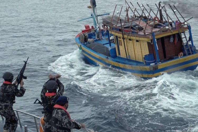 Kementerian Kelautan dan Perikanan (KKP) kembali menangkap sebanyak enak kapal nelayan berbendera Vietnam di Laut Natuna Utata, Minggu (16/5/2021). Pelaksana Tugas (Plt) Direktur Jenderal Pengawasan Sumber Daya Kelautan dan Perikanan, yang juga Sekretaris Jenderal KKP, Antam Novambar mengatakan, keenam kapal tersebut diketahui melakukan penangkapan cumi secara ilegal.