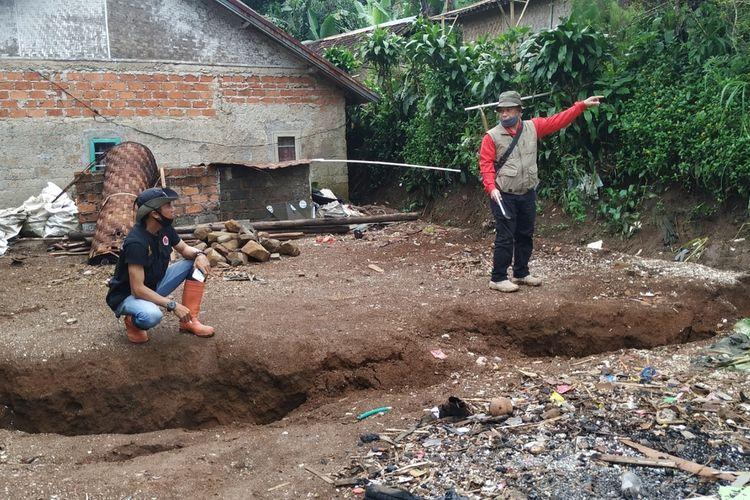 Petugas sedang mengecek rekahan tanah bergerak di Dusun Ciherang, Desa Cijangkar, Kecamatan Nyalindung, Sukabumi, Jawa Barat, Kamis (28/1/2021).