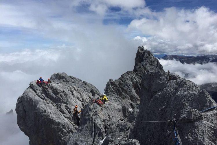 Pendaki di Gunung Carstensz, Papua.