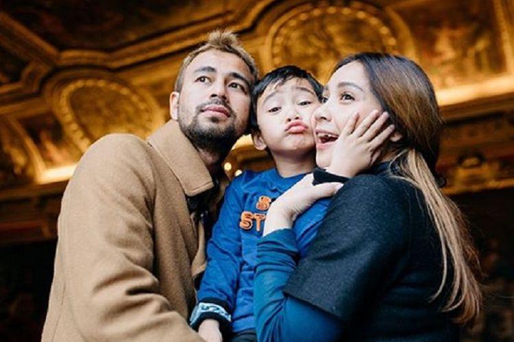 Pasangan artis Raffi Ahmad dan Nagita Slavina bersama putra mereka, Rafathar.