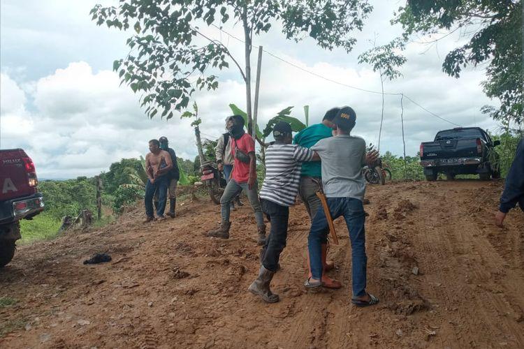 Warga meleraikan Camat Arfan Boma dan pria inisial T sebagai pemilik tambang ilegal saat aksi pemukulan di lokasi tambang RT 17 Kelurahan Mangkurawang, Tenggarong, Kutai Kertanegara, Kalimantan Timur, Minggu (9/5/2021).
