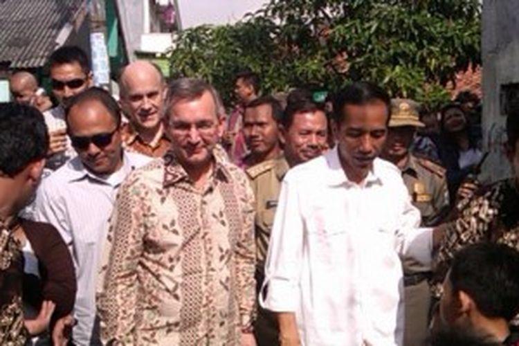 Gubernur DKI Joko Widodo blusukan ke permukiman RT 05 RW 07, Tanjung Priok, Rabu (5/6/2013) siang. Tapi ada pemandangan berbeda dari aksi blusukannya kali ini. Ia blusukan bersama Duta Besar Amerika Serikat (AS) untuk Indonesia, Scott Marciel.