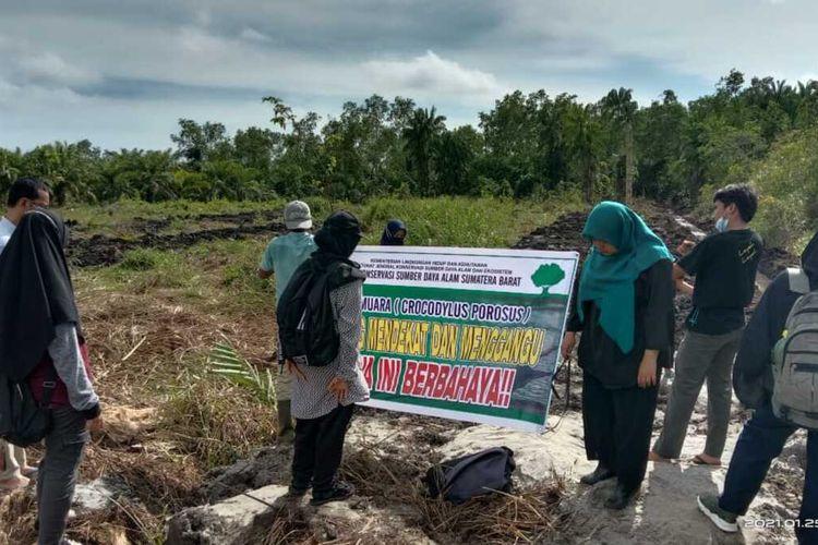 BKSDA Agam membuat papan peringatan agar warga menjauh dari lokasi buaya bertelur di Agam, Sumbar