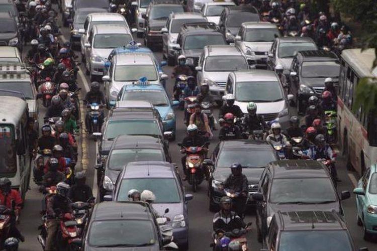 Pengguna kendaraan bermotor macet di Jalan Gatot Subroto, Jakarta Selatan, Senin (22/4/2013). Pembenahan sarana angkutan umum mendesak dilakukan untuk mengurai kemacetan lalu lintas yang tiap hari mendera Jakarta.