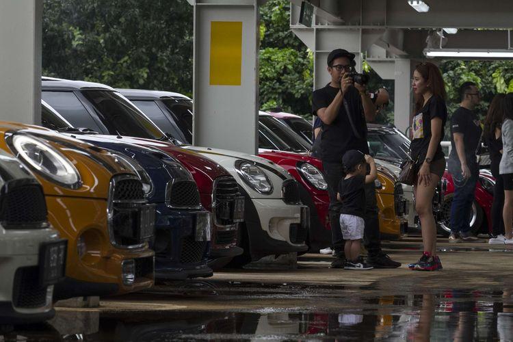 Aktivitas anggota Indonesia Mini Club (IMC) pada hari jadi ke-8 di area parkir gedung A Gelora Bung Karno,  Senayan, Jakarta Pusat, Sabtu (29/2/2020). Genap 8 tahun klub mini terbesar di Indonesia rayakan dengan konvoi dari Senayan ke Serpong.