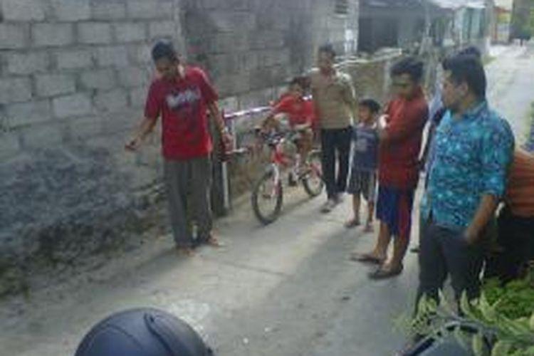 Awang prasongko Satrio Kepala Dusun Ngaglik, Cupuwatu Desa Purwomartani Kecamatan Kalasan Kabupaten Sleman Saat menunjukan lokasi penangkapan SF