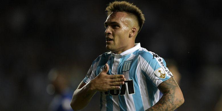 Selebrasi striker Racing Club, Lautaro Martinez, seusai mencetak hat-trick ke gawang Cruzeiro dalam pertandingan Grup E Copa Libertadores 2018di Stadion Juan Domingo Peron, Buenos Aires, Argentina, pada 27 Februari 2018.