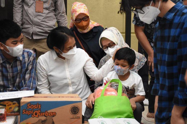Menteri Pemberdayaan Perempuan dan Perlindungan Anak (PPPA) Bintang Puspayoga saat mengunjungi anak yang orangtuanya meninggal dunia akibat Covid-19, Minggu (29/8/2021).