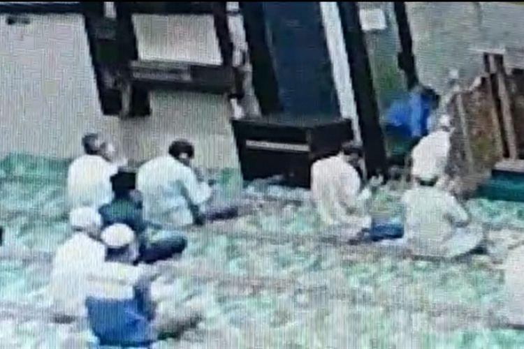 Tangkapan layar rekaman CCTV saat penyerang terjadi terhadap imam Masjid Al Falah Darul Muttaqin di Jalan Sumatera, Kecamatan Pekanbaru Kota, Kota Pekanbaru, Riau, Kamis (23/7/2020) malam.