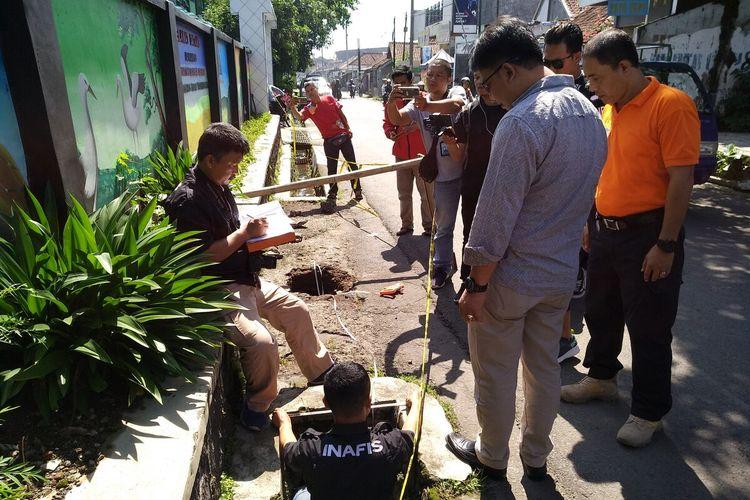 Satreskrim Polres Tasikmalaya terus menyelidiki pengungkapan kasus misteri kematian siswi SMP di gorong-gorong sekolahnya, Jumat (31/1/2020).