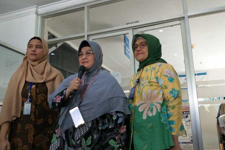 Juru Bicara Tim Dokter Pasien Covid-19 RSUP Persahabatan, Erlina Burhan (tengah), beserta jajaran RSUP Persahabatan kepada awak media di Ruang Humas RSUP Persahabatan, Jakarta Timur, Jumat (13/3/2020).