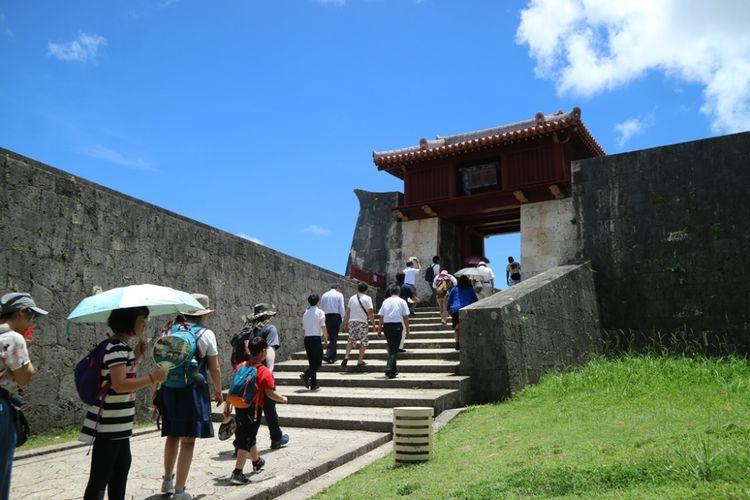 Wisatawan ramai masuk di salah satu gerbang di obyek wisata Shurijo Castle Park, Okinawa, Jepang, Jumat (29/6/2018). Shurijo Castle Park merupakan salah satu peninggalan kerajaan Ryukyu yang kini jadi warisan budaya dunia UNESCO di Okinawa, Jepang.