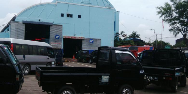Tempat uji kir swasta di Pengujian Kendaraan Bermotor (PKB) Pulogadung, Jakarta Timur, Rabu (12/10/2016).