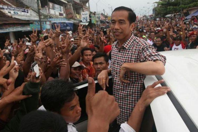 Capres nomor urut 2, Joko Widodo disambut ribuan warga di Pasar Induk Kajen, Pekalongan, Jawa Tengah, Kamis (19/6/2014). Dalam orasinya Jokowi mengatakan kegembiraannya karena disambut ribuan warga di lokasi itu.