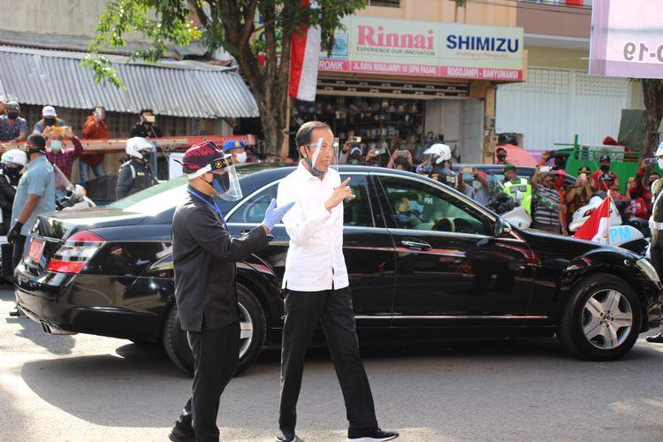 Jokowi yang mengenakan face shield menyapa para pedagang di Pasar Rogojampi Banyuwangi