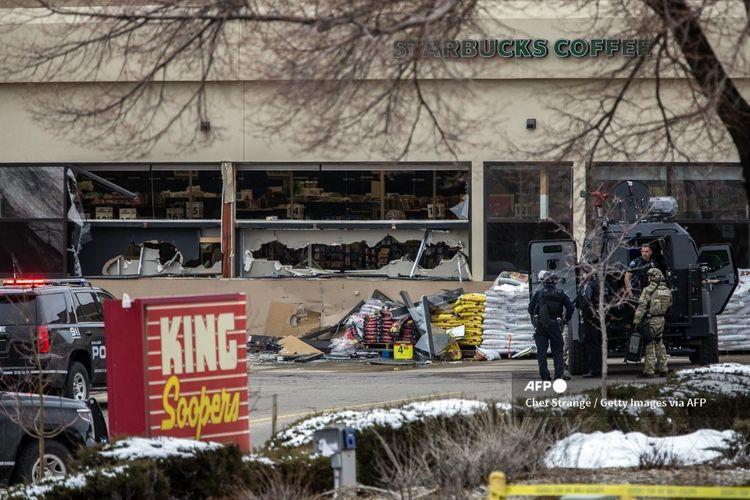Lokasi penembakan massal King Soopers setelah penembakan pada 22 Maret 2021 di Boulder, Colorado.