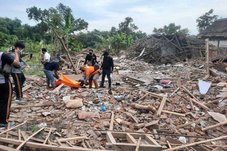 Ledakan diduga berasal dari bom ikan terjadi di Desa Pekangkungan Kecamatan Gondangwetan Kabupaten Pasuruan Jawa Timur. Akibatnya, 2 orang tewas, belasan rumah rusak, dan 5 warga mengalami luka-luka.