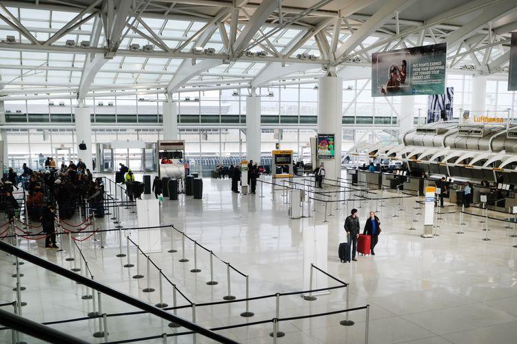 Orang melintas di salah satu terminal keberangkatan yang nyaris kosong, di Bandara Internasional John F Kennedy, New York, 31 Januari 2020. Kecemasan meningkat menyusul penyebaran virus corona ke sejumlah negara di belahan dunia.