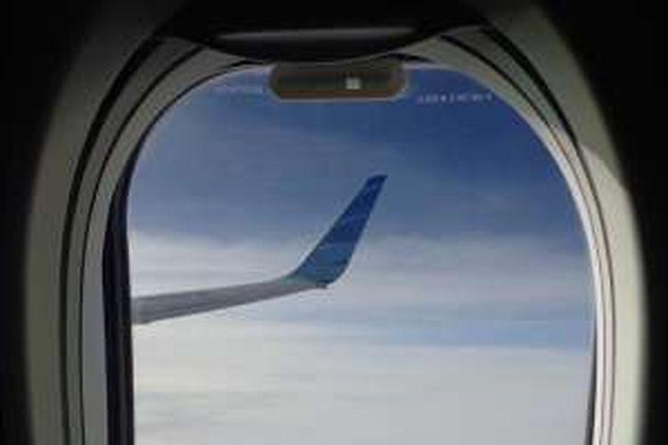 Jendela pesawat Garuda Indonesia.
