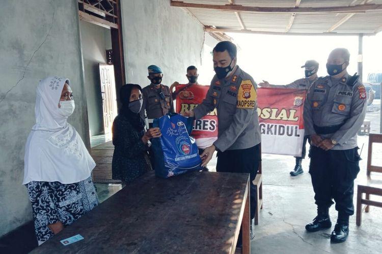 Kapolres Gunungkidul AKBP AKBP Aditya Galayudha Ferdiansyah memberikan Bantuan Korban Gendam