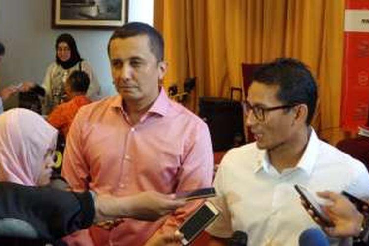 Bakal calon wakil gubernur DKI Jakarta Sandiaga Uno (kanan) memperkenalkan juru bicaranya yang baru, Alexander Yahya Datuk (kiri), saat hadir dalam sebuah acara diskusi di Menteng, Jakarta Pusat, Sabtu (8/10/2016).