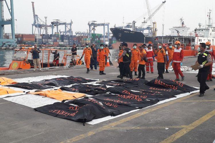 Sebanyak 20 kantong jenazah berisi bagian tubuh tiba di Dermaga JICT 2 Pelabuhan Tanjung Priok, Selasa (6/11/2018) sore.