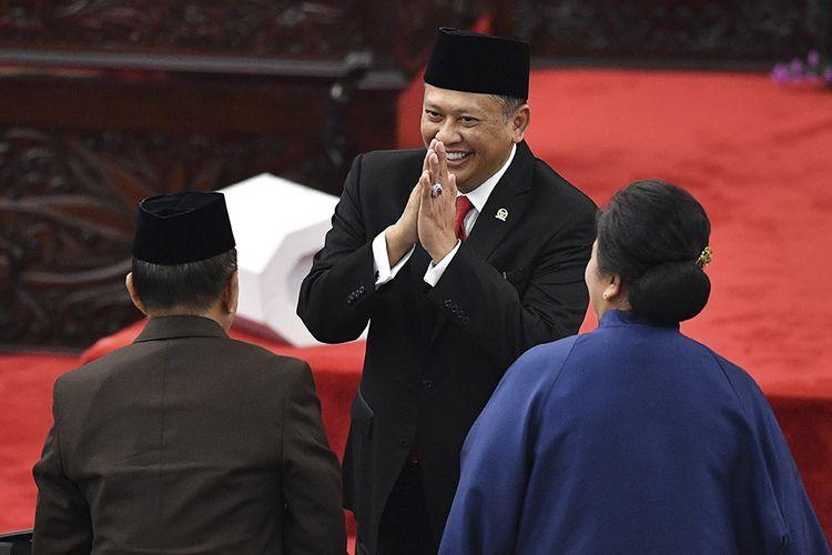 Ketua MPR terpilih Bambang Soesatyo (tengah) memberi salam dalam Sidang Paripurna MPR di Kompleks Parlemen, Senayan, Jakarta, Kamis (3/10/2019). Sidang Paripurna tersebut menetapkan Bambang Soesatyo sebagai Ketua MPR periode 2019-2024 dengan Wakil Ketua, Ahmad Basarah dari Fraksi PDI Perjuangan, Ahmad Muzani dari Fraksi Partai Gerindra, Lestari Moerdijat dari Fraksi Partai Nasdem, Jazilul Fawaid dari Fraksi Partai Kebangkitan Bangsa, Syarief Hasan dari Fraksi Partai Demokrat, Zulkifli Hasan dari Fraksi Partai Amanat Nasional, Hidayat Nur Wahid dari Fraksi Partai Keadilan Sejahtera, Arsul Sani dari Fraksi Partai Persatuan Pembangunan dan Fadel Muhammad dari Kelompok DPD di MPR.