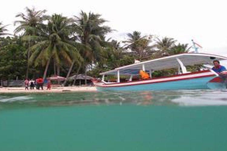 Sejumlah pengunjung, Kamis (17/1/2013) tiba di Pulau Cingkuak, Kecamatan IV Jurai, Kabupaten Pesisir Selatan, Sumatera Barat dengan menumpang perahu penyeberangan wisata. Selain jaraknya yang relatif dekat dengan daratan utama Pulau Sumatera, di Pulau Cingkuak terdapat cagar budaya berupa Benteng peninggalan kolonial.