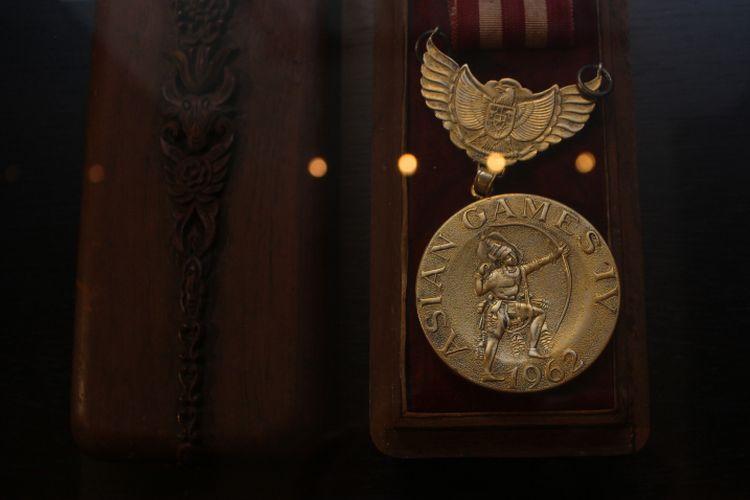Medali emas Asian Games 1962 milik legenda bulutangkis Indonesia, Tan Joe Hoek yang dipamerkan di Main Lobby Hotel Indonesia Kempinski, Jakarta dalam acara Remarkable Sports dan Heritage Photo Exhibition