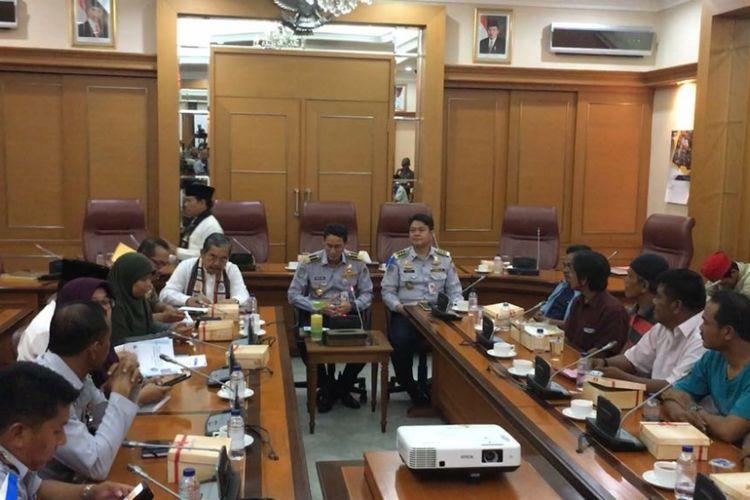 Wakil Gubernur DKI Jakarta Sandiaga Uno menemui sopir angkot Tanah Abang yang protes penutupan Jalan Jatibaru, Jumat (2/2/2018).