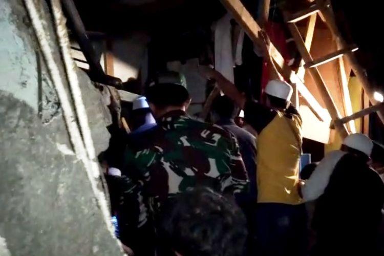Sejumlah orang tengah berupaya mengevakuasi puluhan santri yang terjebak reruntuhan bangunan asrama yang rubuh di Ponpes Cianjur, Jawa Barat, Sabtu (16/1/2021) malam.