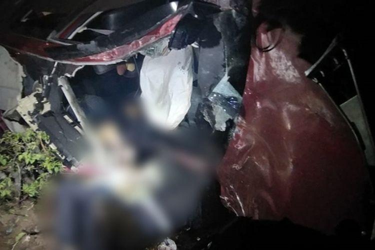 Diduga pengemudi mabuk, Avanza tabrak trotoar hingga terguling. Satu orang tewas, dua luka berat, dan dua lainnya mengalami luka ringan dalam kecelakaan tnggal tersebut.