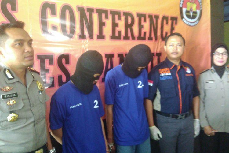 Wakapolres Bantul Kompol Mariska (berseragam polisi) dan Kasat Reskrim Polres Bantul AKP Anggaito Hafi Prabowo mengapit kedua tersangka kasus percobaan pembunuhan.