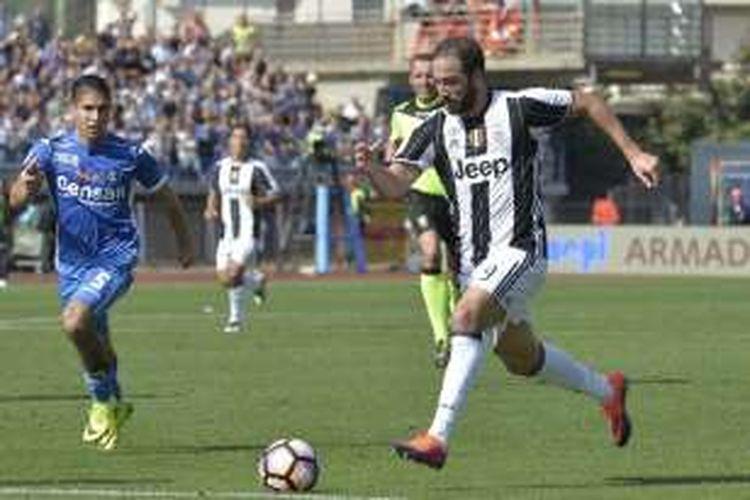 Penyerang Juventus, Gonzalo Higuain, tampil pada laga Serie A kontra Empoli di Stadion Carlo Castellani, Minggu (2/10/2016).
