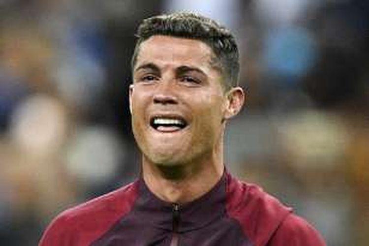 Kapten Portugal, Cristiano Ronaldo, menangis bahagia usai negaranya menjadi juara Piala Eropa 2016 Stade de France, Minggu (10/7/2016).