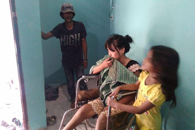 Paramita, salah satu korban gempa yang tertimpa tembok roboh saat gempa 28 September 2018 lalu, hingga membuat setengah badannya dari pinggul ke kaki lumpuh, Kamis (2/7/2020).