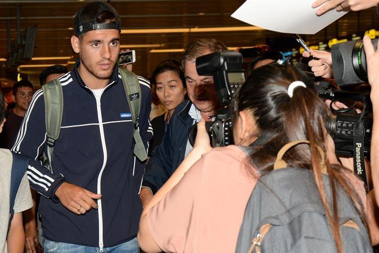 Penyerang Chelsea asal Spanyol, Alvaro Morata (kiri), tiba di bandar udara internasional Changi, Singapora, pada 22 Juli 2017, sebagai bagian dari tur Chelsea ke Asia. Chelsea membeli Morata dari Real Madrid dan mengikatnya dengan kontrak lima tahun pada 21 Juli 2017.