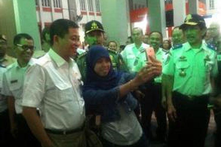 Menteri Perhubungan Ignatius Jonan saat diajak berfoto bersama.