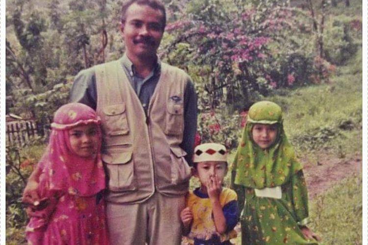 Fawzia Alfiana Dewi (27) bersama ayah dan kedua adiknya.