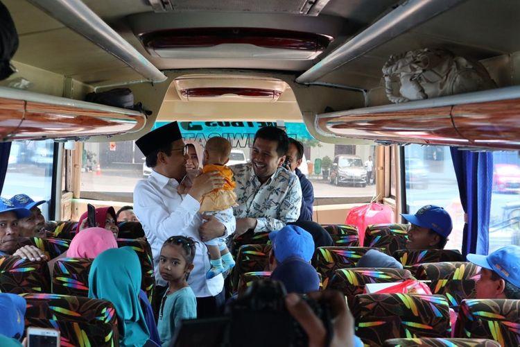 Menteri Desa, Pembangunan Daerah Tertinggal dan Transmigrasi, Abdul Halim Iskandar dan Wakil Gubernur Jawa Timur, Emil Elistianto Dardak melepas transmigran ke Kaltara di Gedung Negara Grahadi Surabaya, Rabu (27/11/2019).