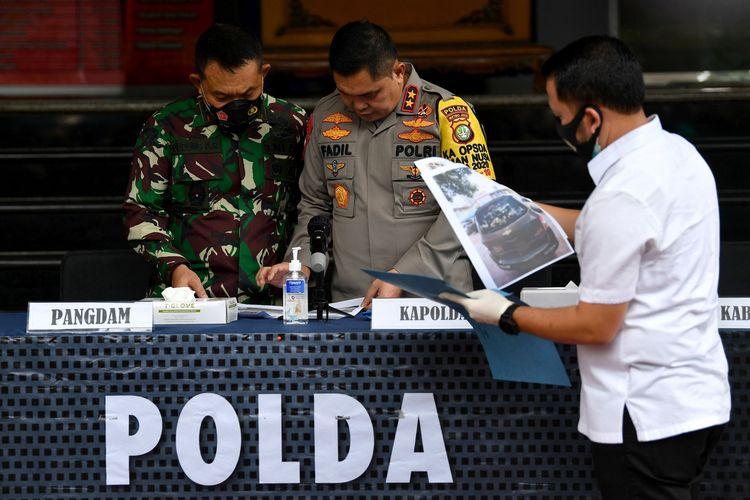 Kapolda Metro Jaya Irjen Pol Fadil Imran (kanan) bersama Pangdam Jaya Mayjen TNI Dudung Abdurachman memeriksa barang bukti terkait penyerangan Polisi di Polda Metro Jaya, Jakarta, Senin (7/12/2020). Kapolda mengungkapkan telah terjadi penyerangan pada Senin (7/12/2020) pukul 00.30 WIB di Jalan Tol Jakarta-Cikampek kilometer 50 terhadap anggota Polri yang bertugas menyelidiki informasi rencana pengerahan kelompok massa untuk mengawal pemeriksaan Rizieq Shihab, sebanyak enam dari sepuluh orang yang diduga pengikut Rizieq Shihab tewas ditembak oleh polisi karena melakukan perlawanan dengan senjata api.