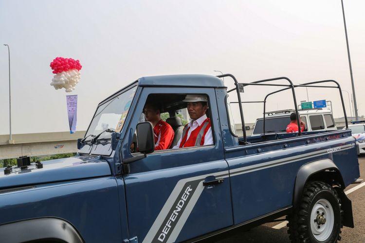 Presiden Joko Widodo berada di mobil bak terbuka, Land Rover Defender County, usai meresmikan jalan Tol Bekasi-Cawang-Kampung Melayu (Becakayu) di kawasan Jakasampurna, Bekasi, Jawa Barat, Jumat (3/11/2017). Presiden Joko Widodo meresmikan ruas jalan tol yakni Seksi 1B dan 1C sepanjang 8,26 kilometer yang terbentang dari Cipinang Melayu-Pangkalan Jati-Jakasampurna.